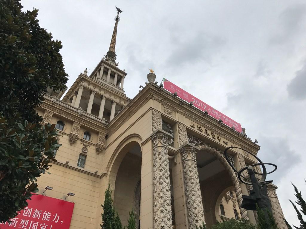 Uma visão geral das plataformas E-Commerce Alibaba Fachada externa de palácio na China