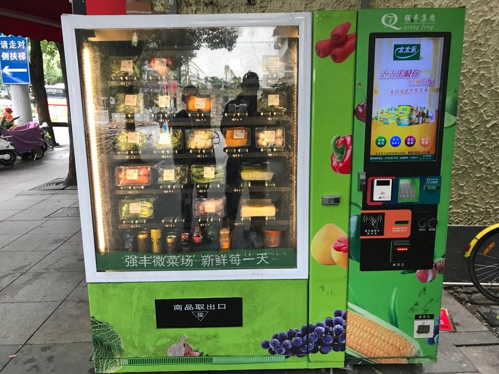 Maquinas automáticas para comprar verduras Máquina com alimentos embalados em algum local na China