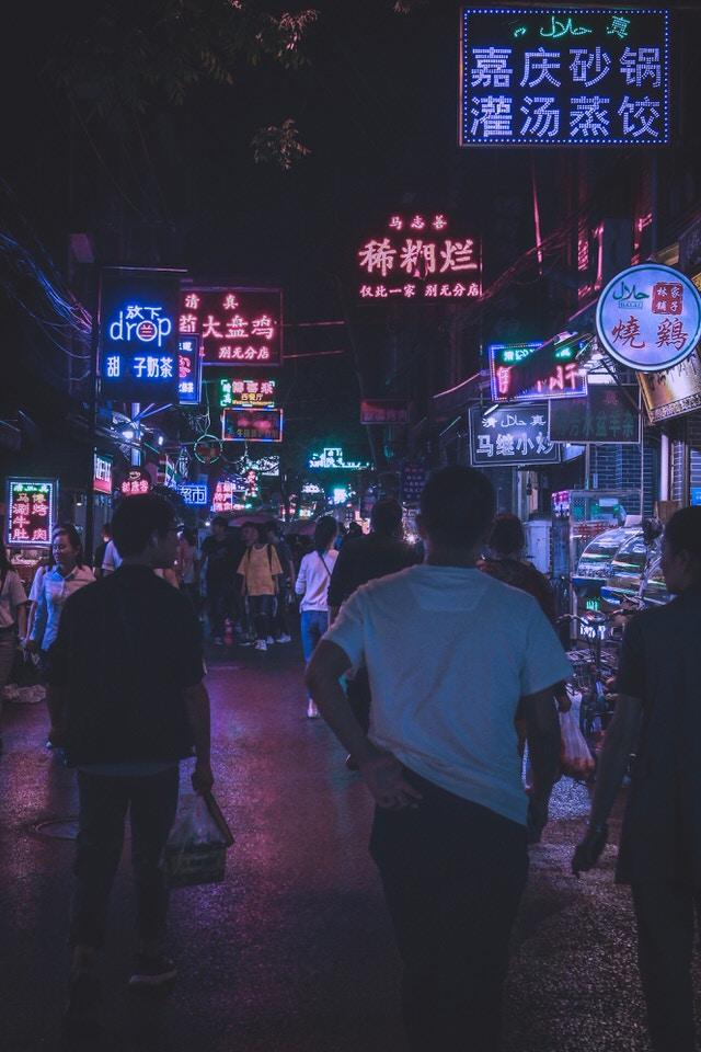 O que fazer em Xian? Pessoas circulando em meio a comércio chinês