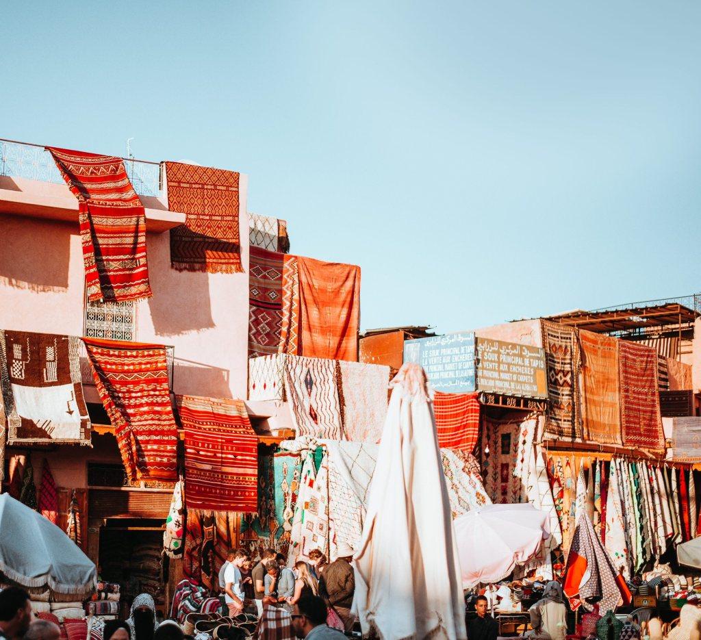 4 Dicas para Importar Tecidos da China Vários tecidos espalhados em exposição para venda em feira
