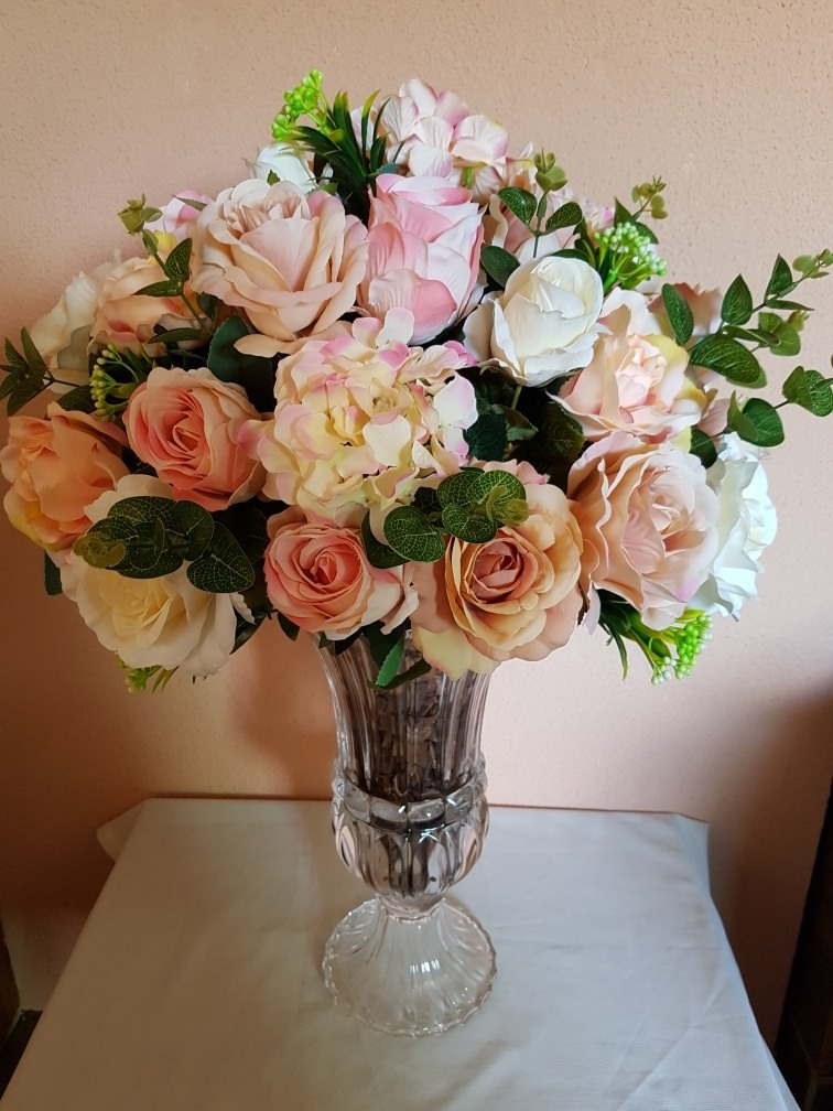 3 Dicas para quem deseja investir em flores artificiais Vaso de acrílico transparente com diversas flores e rosas