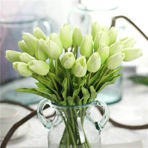 3 Dicas para quem deseja investir em flores artificiais Rosas artificiais em vaso de vidro transparente