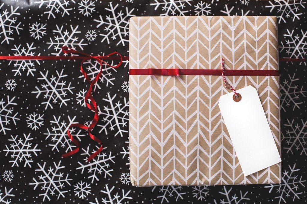 6 Presentes Criativos para Importar da China Presente embalado com papel de desenho geométrico