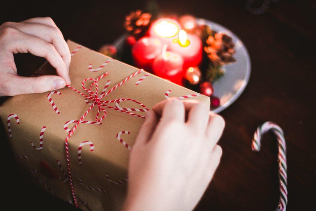6 Presentes Criativos para Importar da China Presente embalado com papel de natal