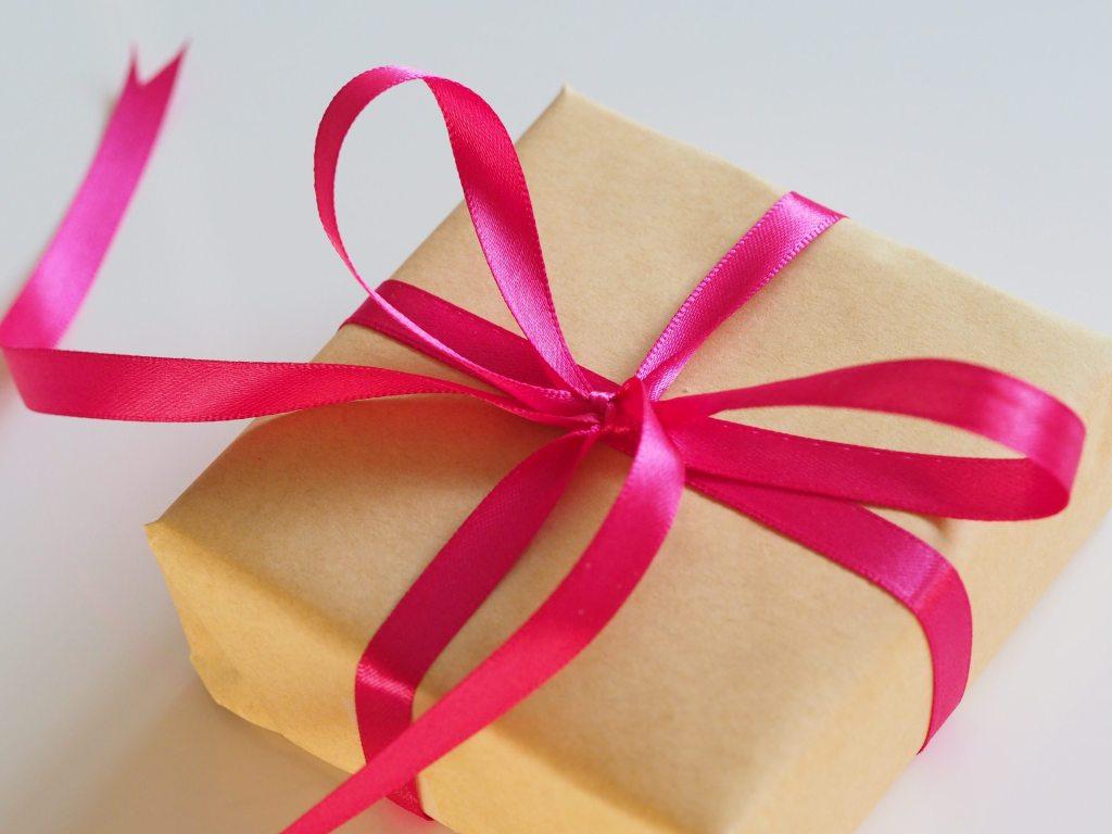 6 Presentes Criativos para Importar da China Presente embalado com laço rosa