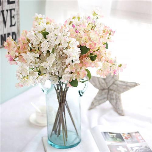 3 Dicas para quem deseja investir em flores artificiais Pequeno vaso com pequenas flores artificiais