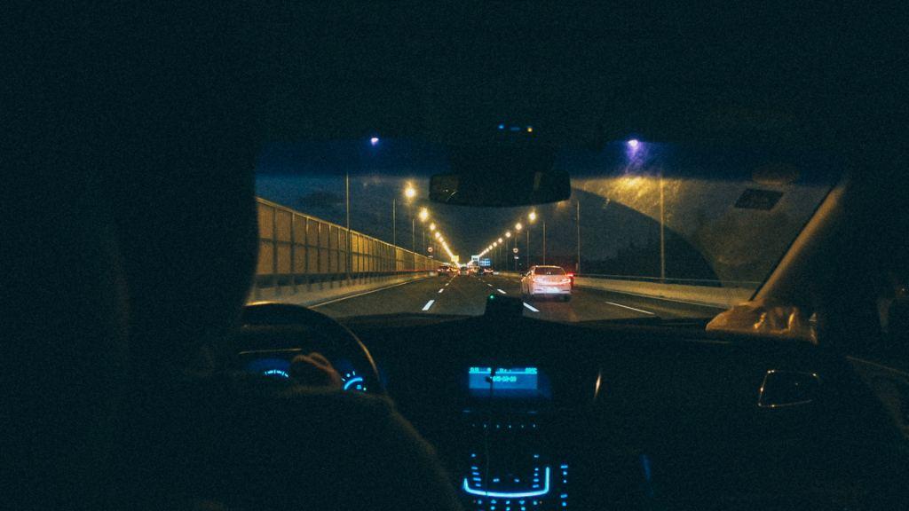 3 destinos para uma importadora Carro Uber trafegando em via urbana a noite