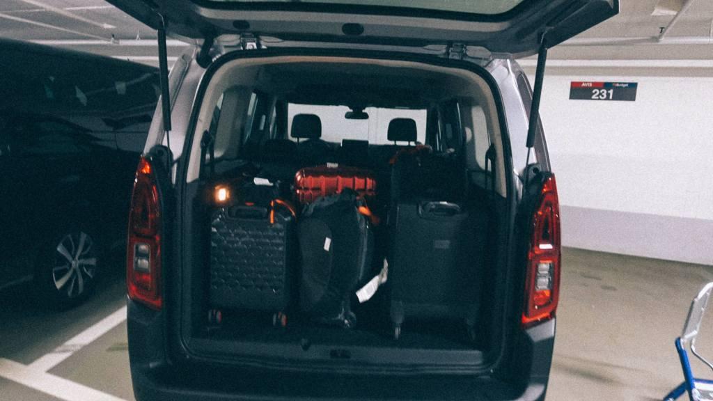 3 elementos essenciais para importação Van com várias malas na traseira