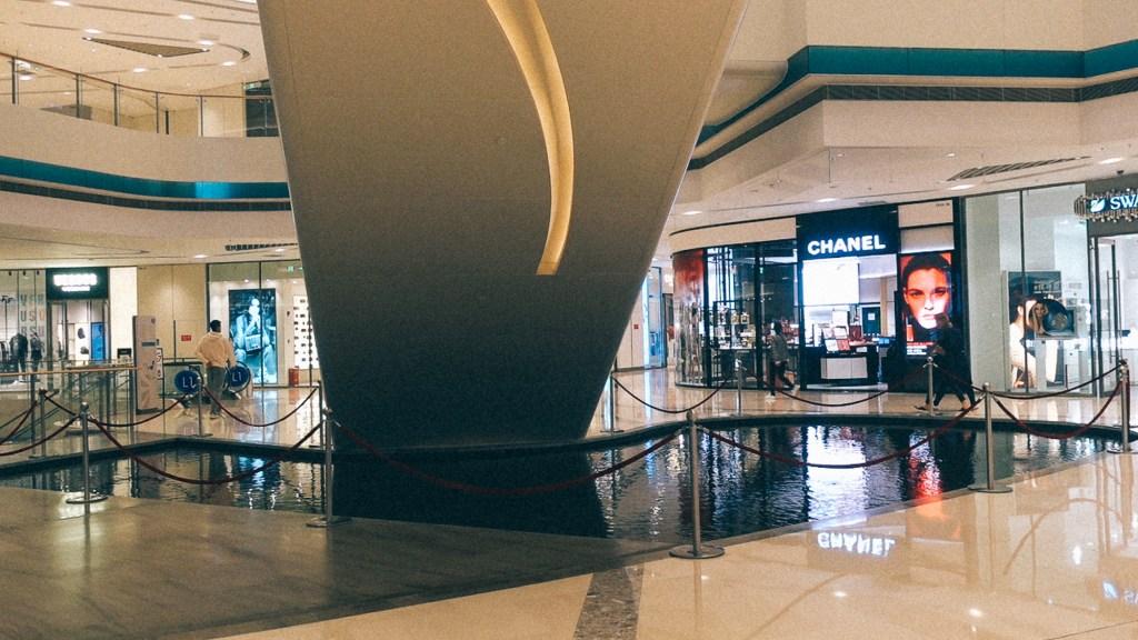 Como aumentar a margem de lucro? Piso de shopping center na China com diversas lojas