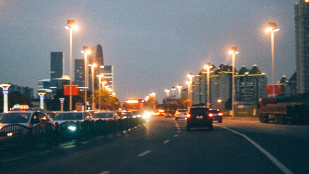 Estratégia trovão da importação Avenida movimentada com carros trafegando a noite na China