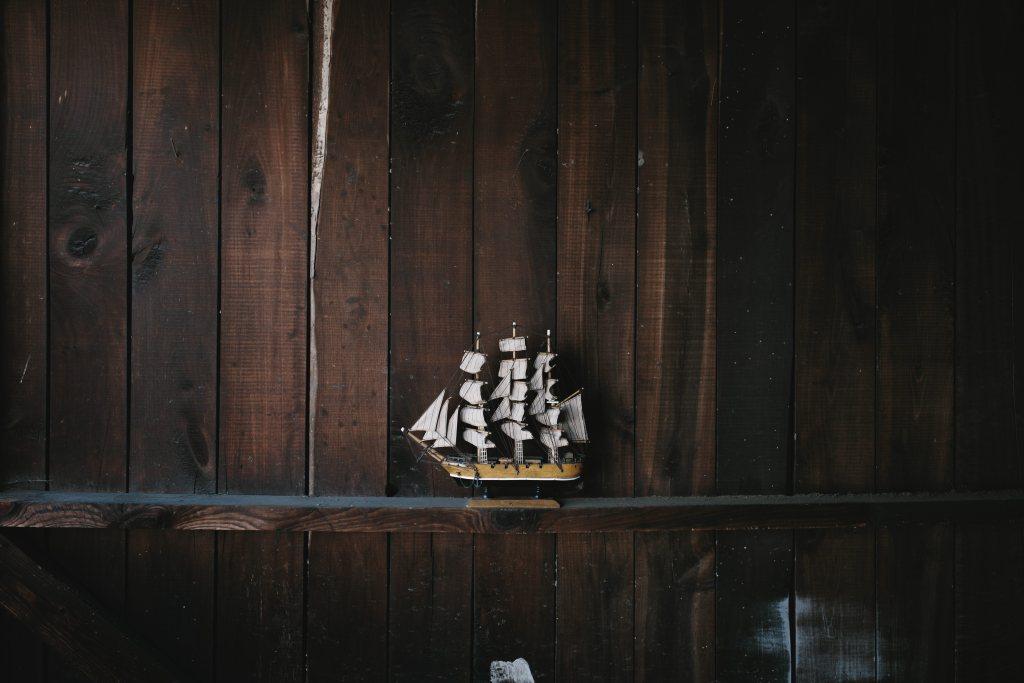 A Chilli Beans faz diferente Barco de decoração em parede de casa de madeira