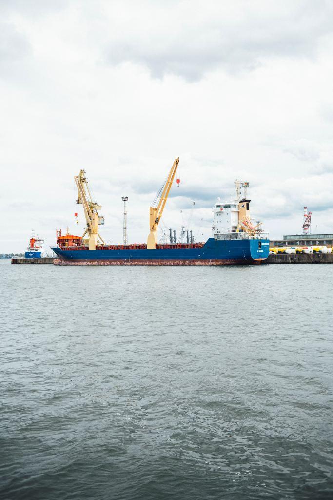 A Chilli Beans faz diferente Embarque de containers em navio, porto