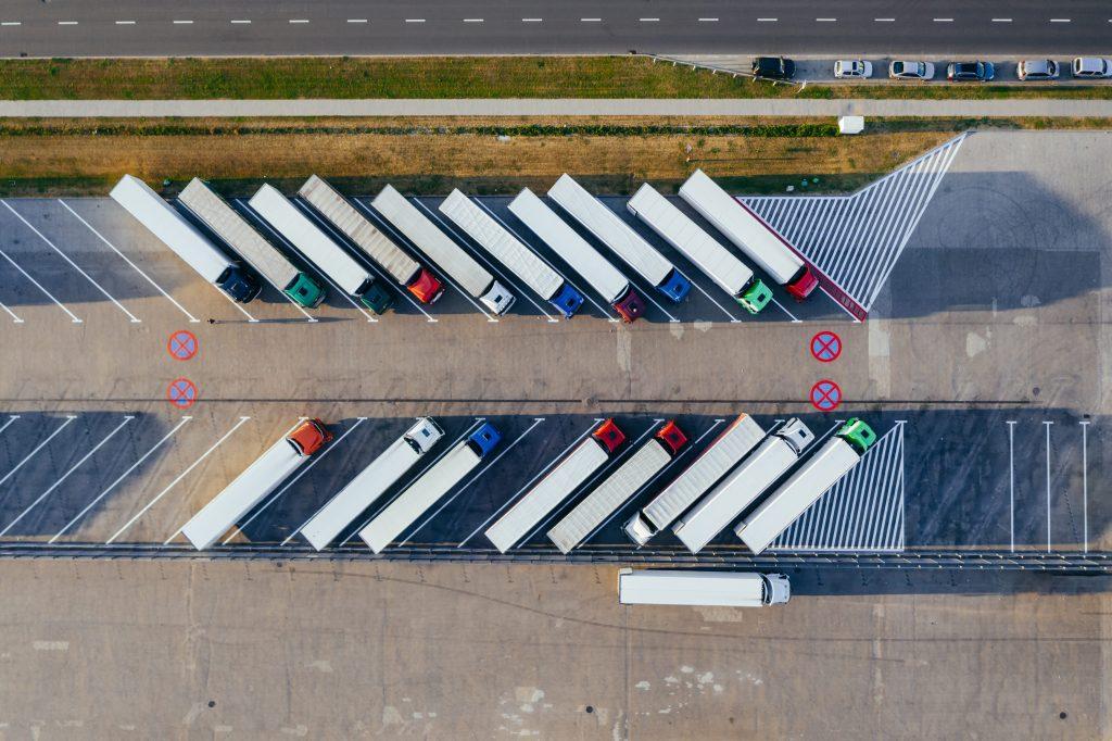 Duas coisas que você precisa saber Caminhões estacionados simetricamente