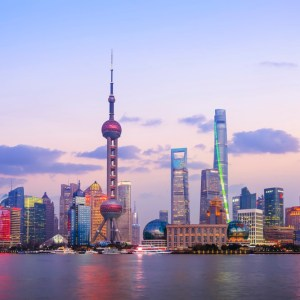 (product) Excursão Privada de 1 Dia em Xangai Cidade da China iluminada a noite com seus grandiosos edifícios