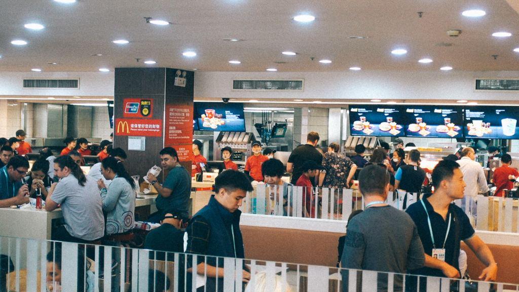 Mcdonalds em praça de alimentação em cidade chinesa