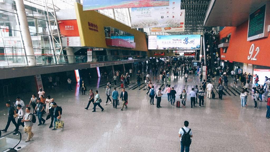 Aliexpress Brasil Pessoas em aeroporto em cidade chinesa