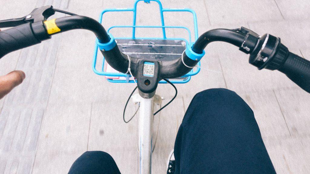 BL e Extravio Pessoa andando com bicicleta compartilhada