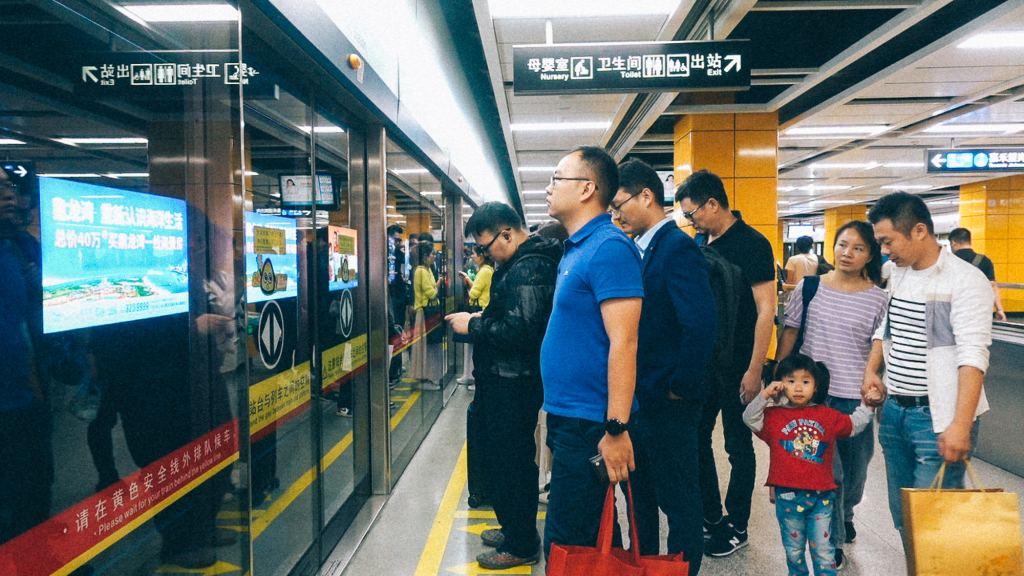 Canal Cinza Pessoas esperando na fila do aeroporto na China