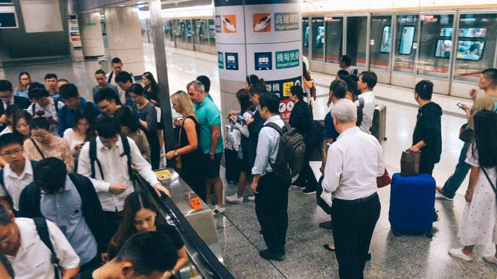 Canal Cinza Fila em escada rolante em estação na China