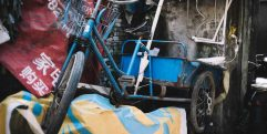 Bicicleta azul abandonada em cidade antiga