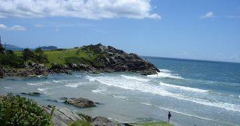 Praia de Matadeiro e ilha da Armação. Autor: Herbert Vieira sob licença Creative Commons Attribution 2.5 Generic