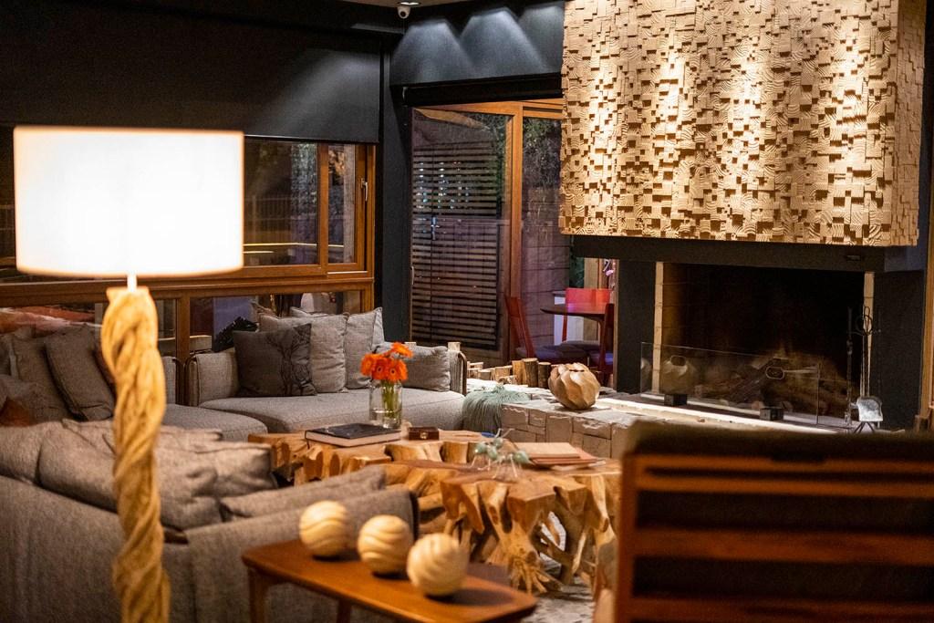 O lobby do Wood conta com diversas peças em madeira (Foto: Andy Spinelli)