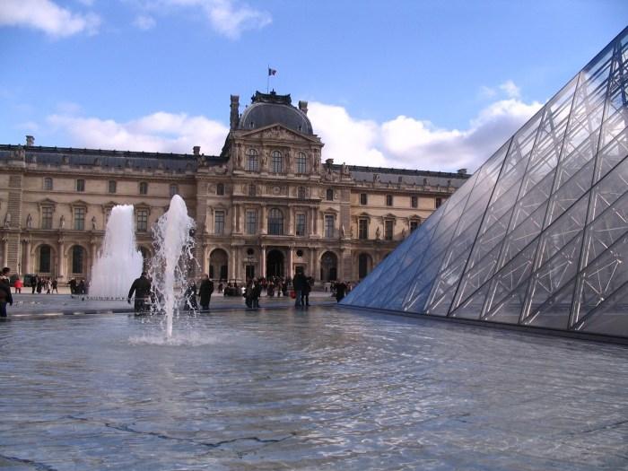 Fontes na lateral da pirâmide