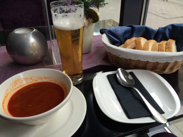 O goulash vem acompanhado de uma cesta de pães