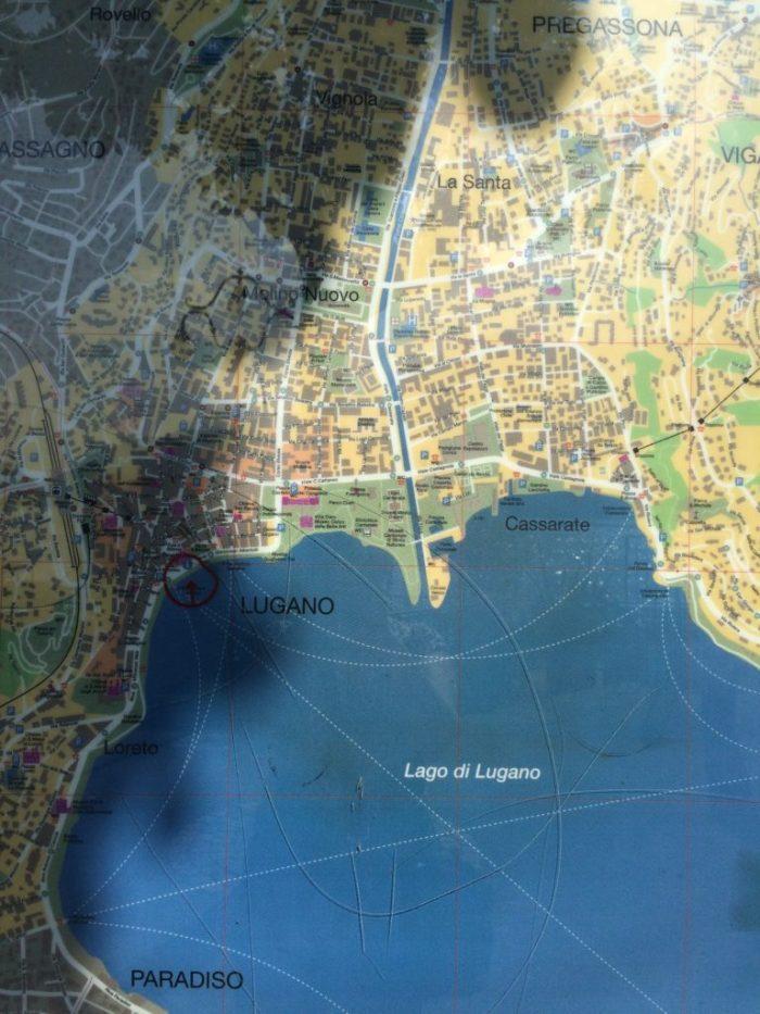 um painel com o mapa da cidade nos indicava que já havíamos andado bastante