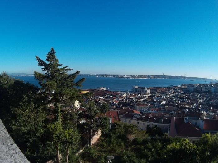 Vários pontos turísticos de Lisboa podem ser vistos de lá