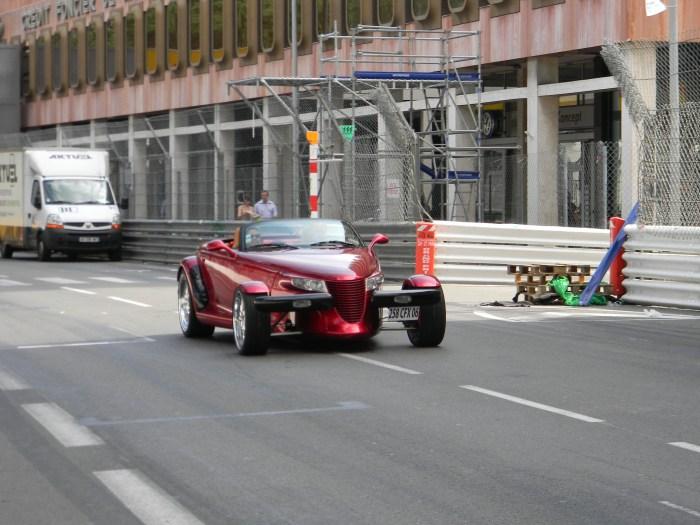 Carros maravilhosos circulavam pela pista