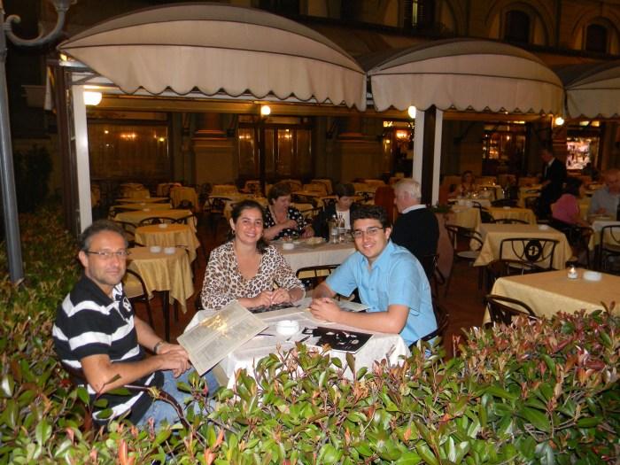 Família comemorando reunida