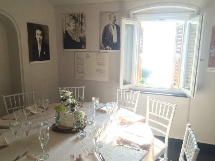 E mesas postas para os convidados em meio às lembranças do Castelo