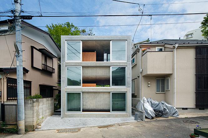 au japon dans la prefecture de kanagawa l architecte takeshi hosaka a concu une petite maisonnee qui se deploie sur trois etages tirant un profit maximal