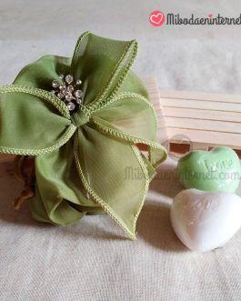 Bolsa con lazada organza tupida oliva con alfiler y jabón