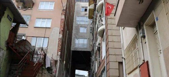 Ο δρόμος τρέχει κάτω από το διαμέρισμα