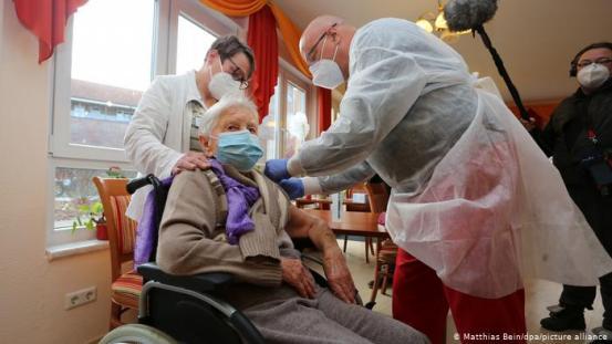 Πρώτο εμβόλιο κοροναϊού που δόθηκε σε 101χρονη γυναίκα στη Γερμανία
