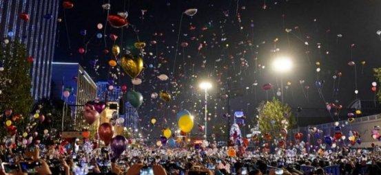 Πρωτοχρονιά στο Γουχάν: Χιλιάδες άνθρωποι γέμισαν τους δρόμους