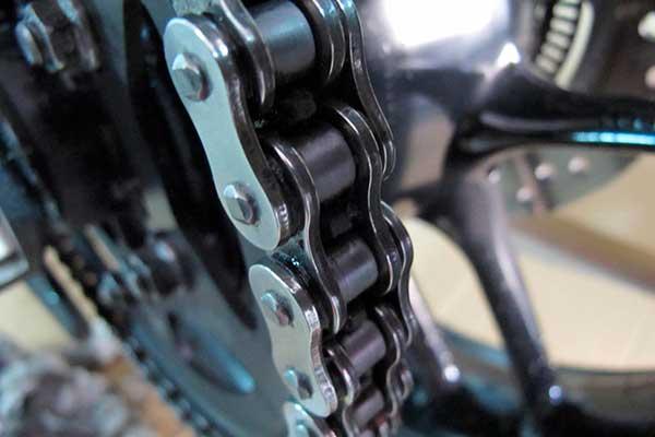 como engrasar la cadena de la moto
