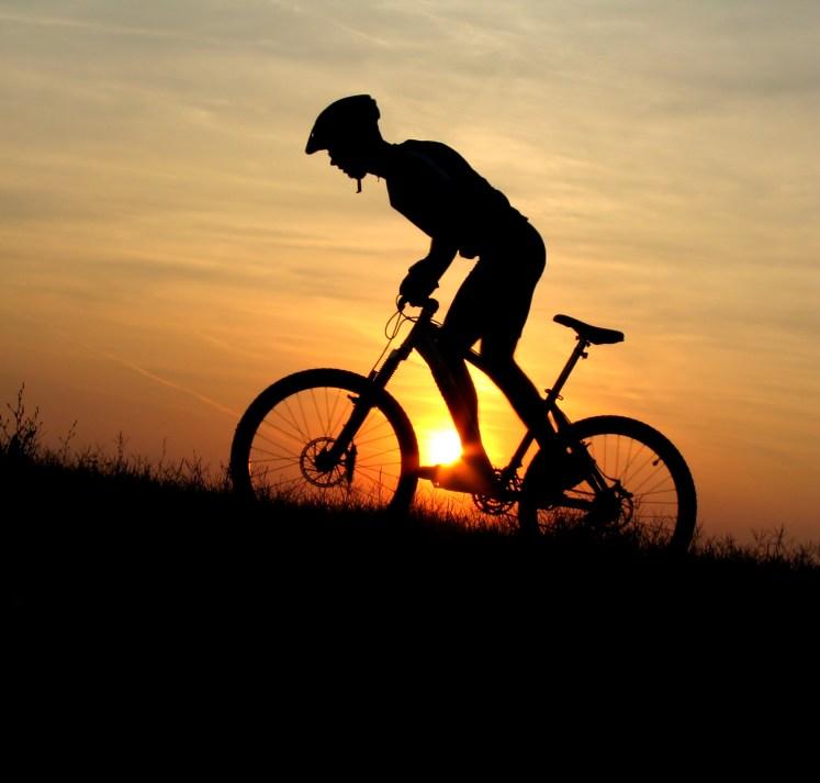 mountain biker en el atardecer