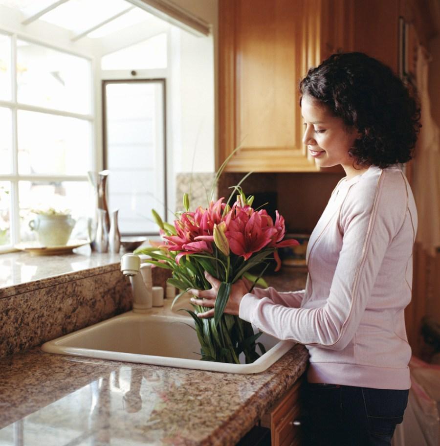 mujer ordena las flores