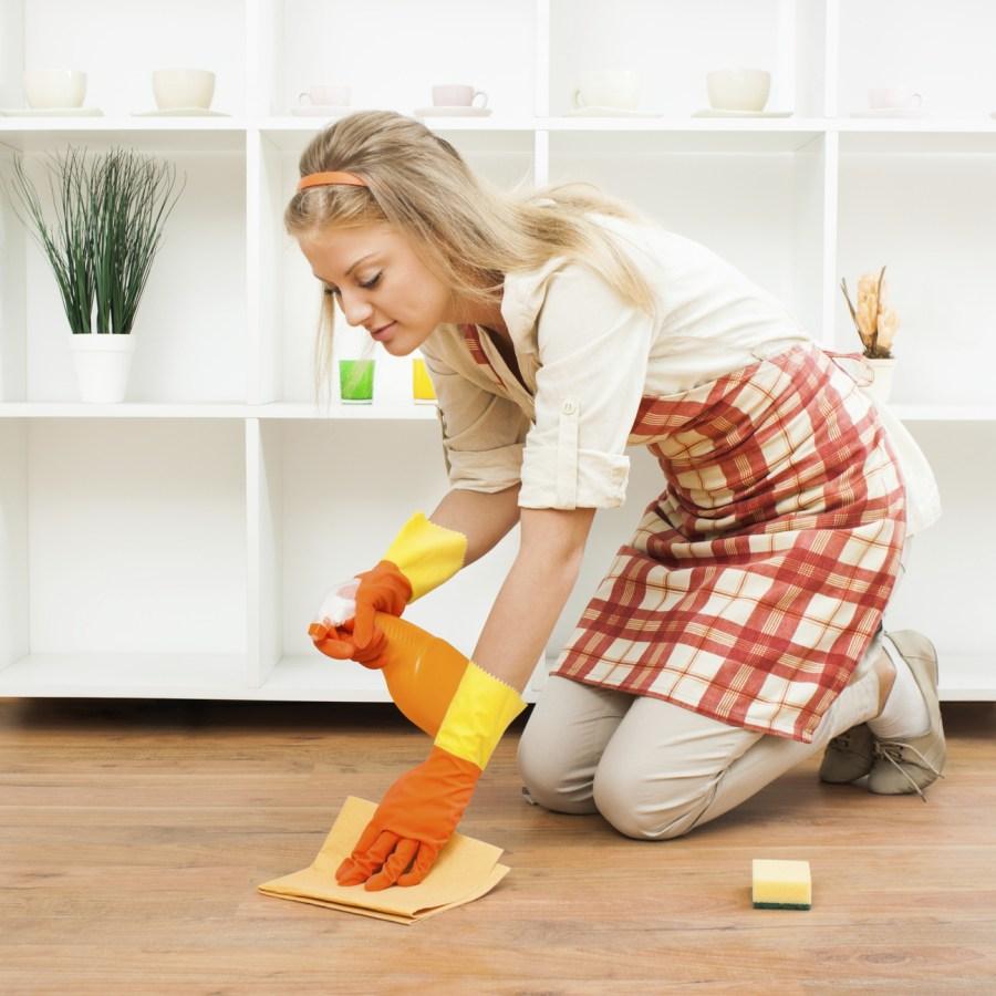 mujer limpia los pisos