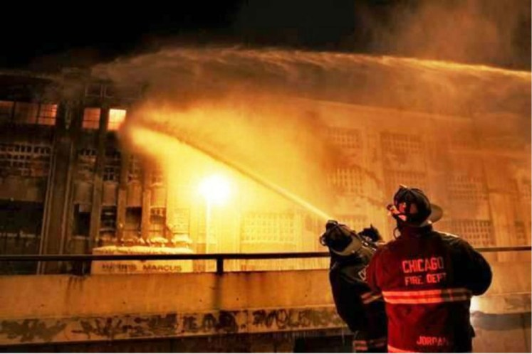 Peligro, bomberos apagando fuego