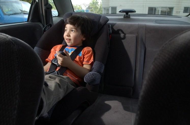 Niño con asiento de seguridad