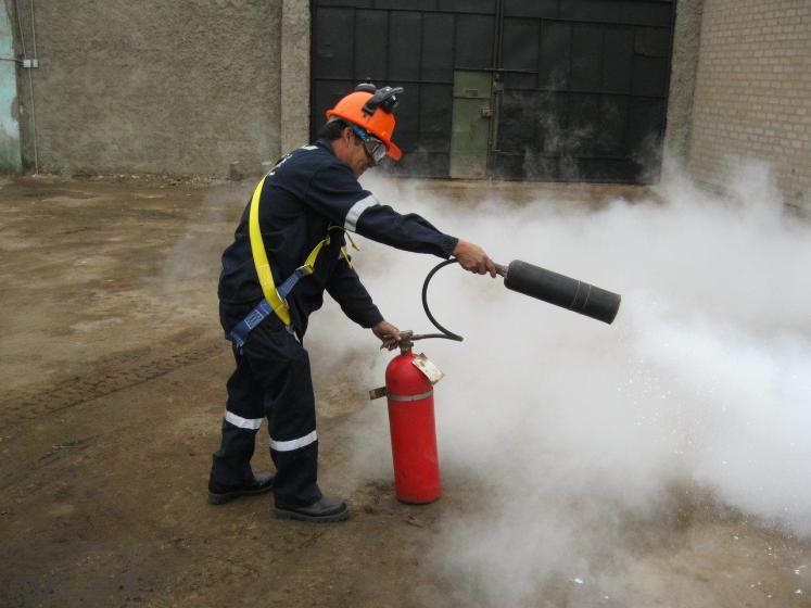 Apagar incendio con matafuego