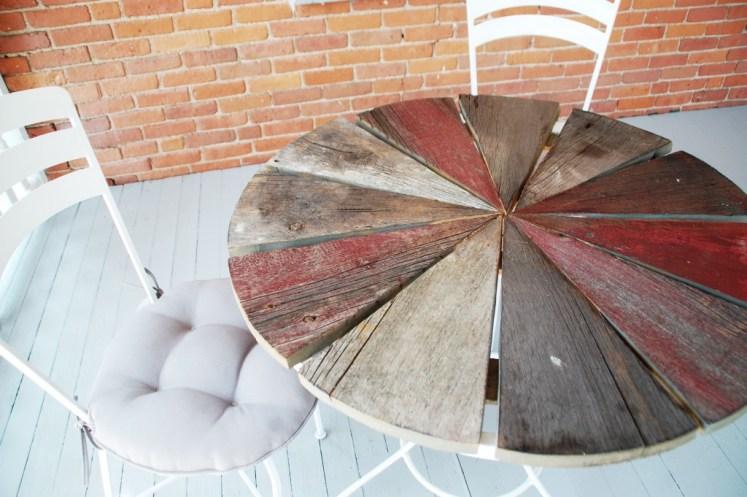 Mesa reciclada y sillas