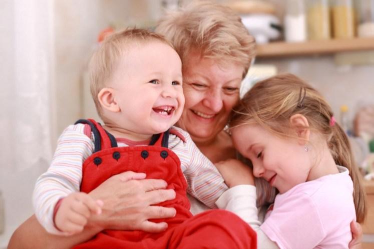 Nietos con abuela