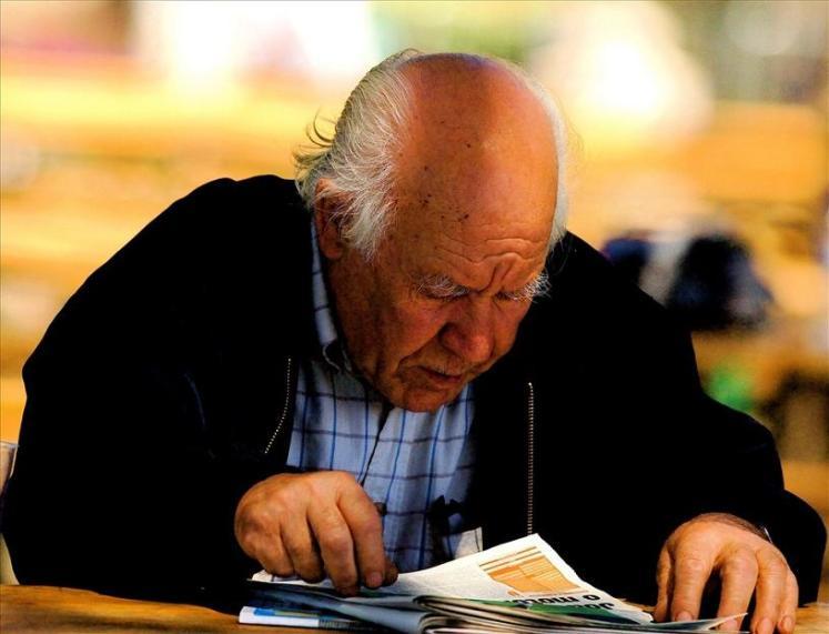 Anciano leyendo el periódico