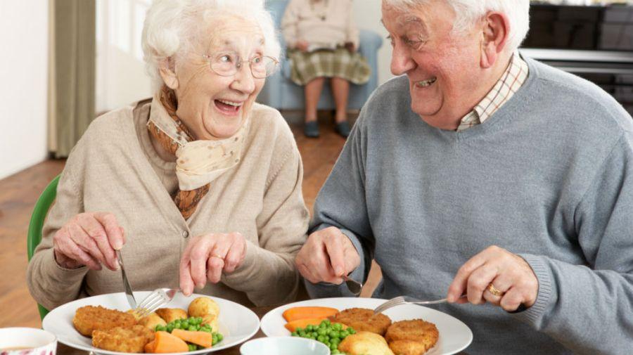 abuelos comiendo