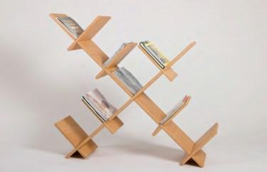 Das Steckregal ist ein Bücher- und Zeitschriftenregal für den Raum. Das Material besteht aus Multiplex Sperrholz und gibt zahlreiche Steckvarianten.
